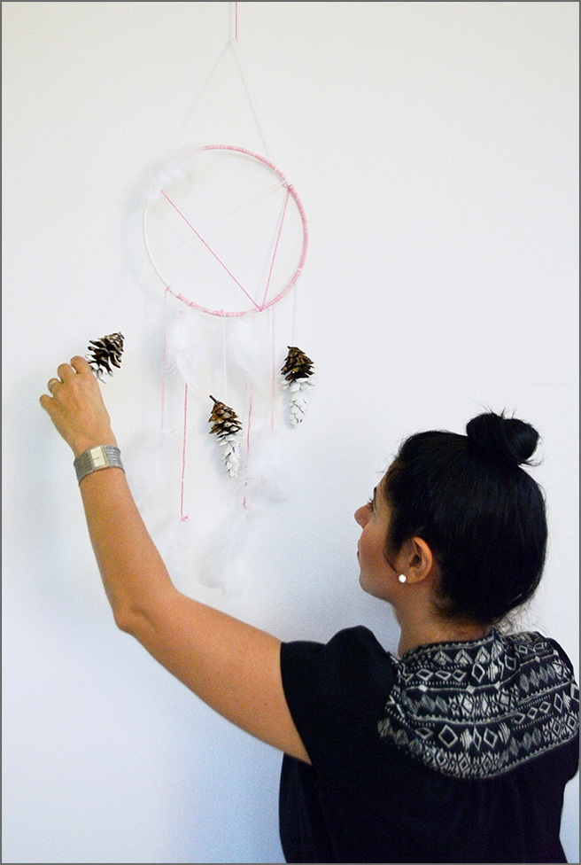 D2-DIY-pinecone-dream-catcher-with-feathers-by-New-York-decorator-Ada-Gonzalez
