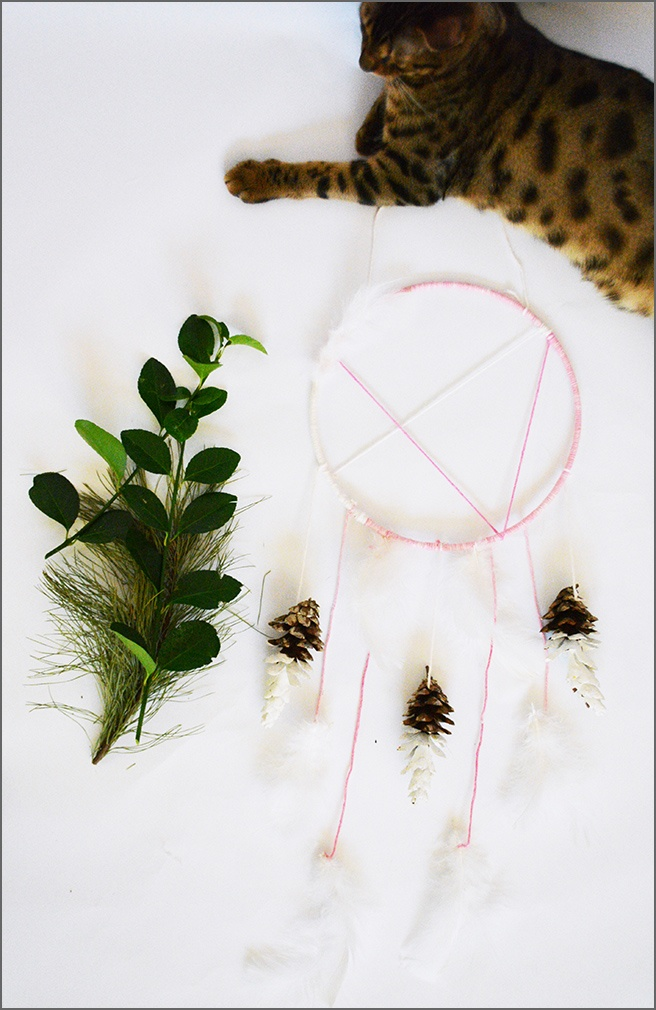 D3-DIY-pinecone-dream-catcher-with-feathers-by-New-York-decorator-Ada-Gonzalez