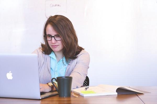 Employee_working_on_computer_-_optimized.jpg