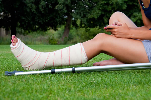 using crutches with sports medicine braces and supports