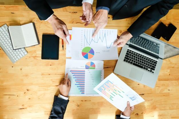 equipo-de-negocios-trabajando-en-un-nuevo-plan-de-negocios-con-la-computadora-digital-moderna-disparo-de-vista-superior_1423-239.jpg