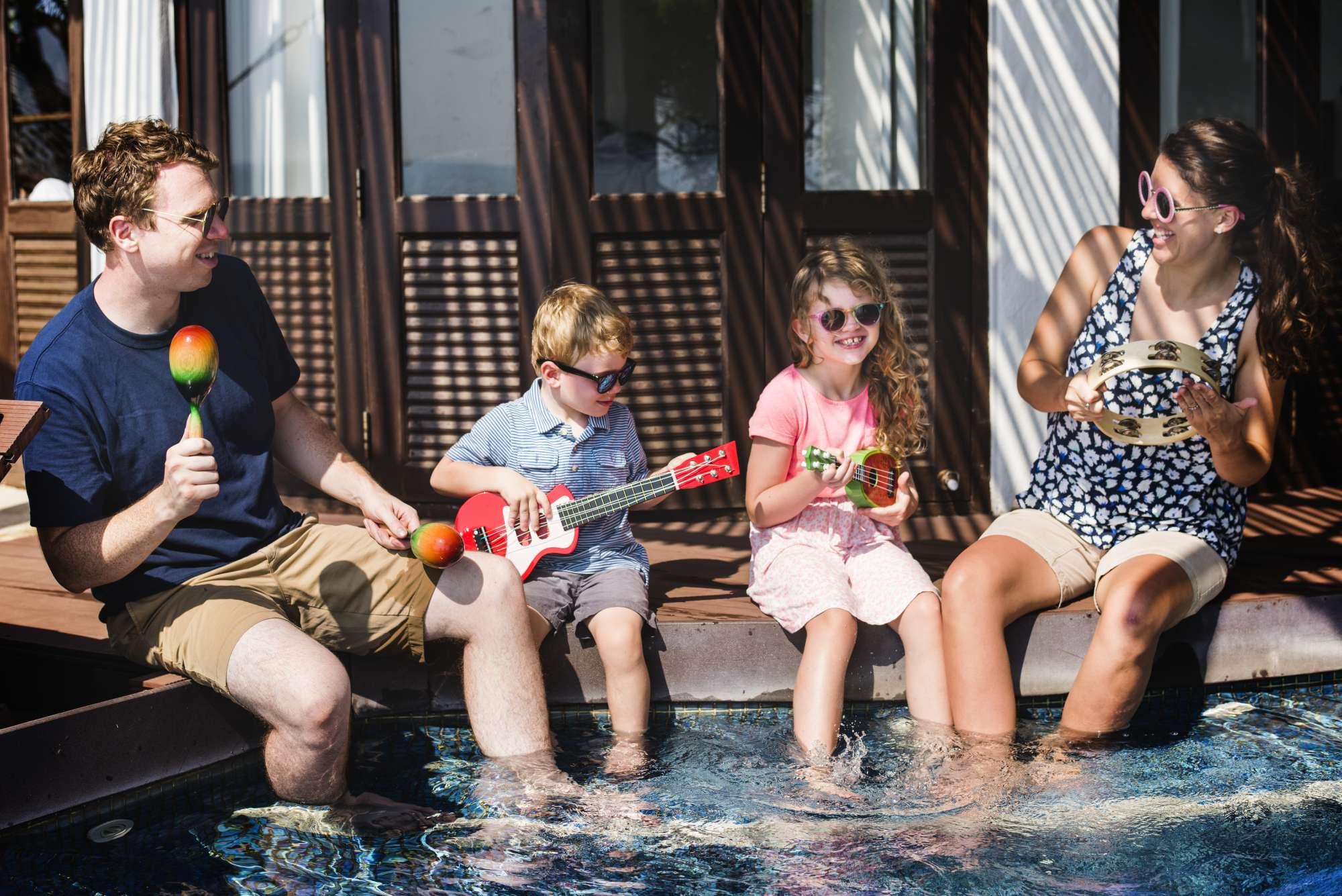 famille-jouant-musique