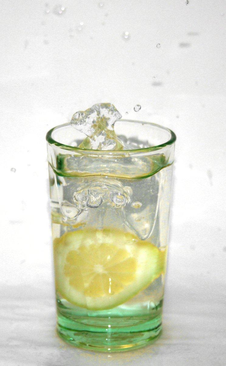 lemon-falling-into-a-glass-of-water-1324928