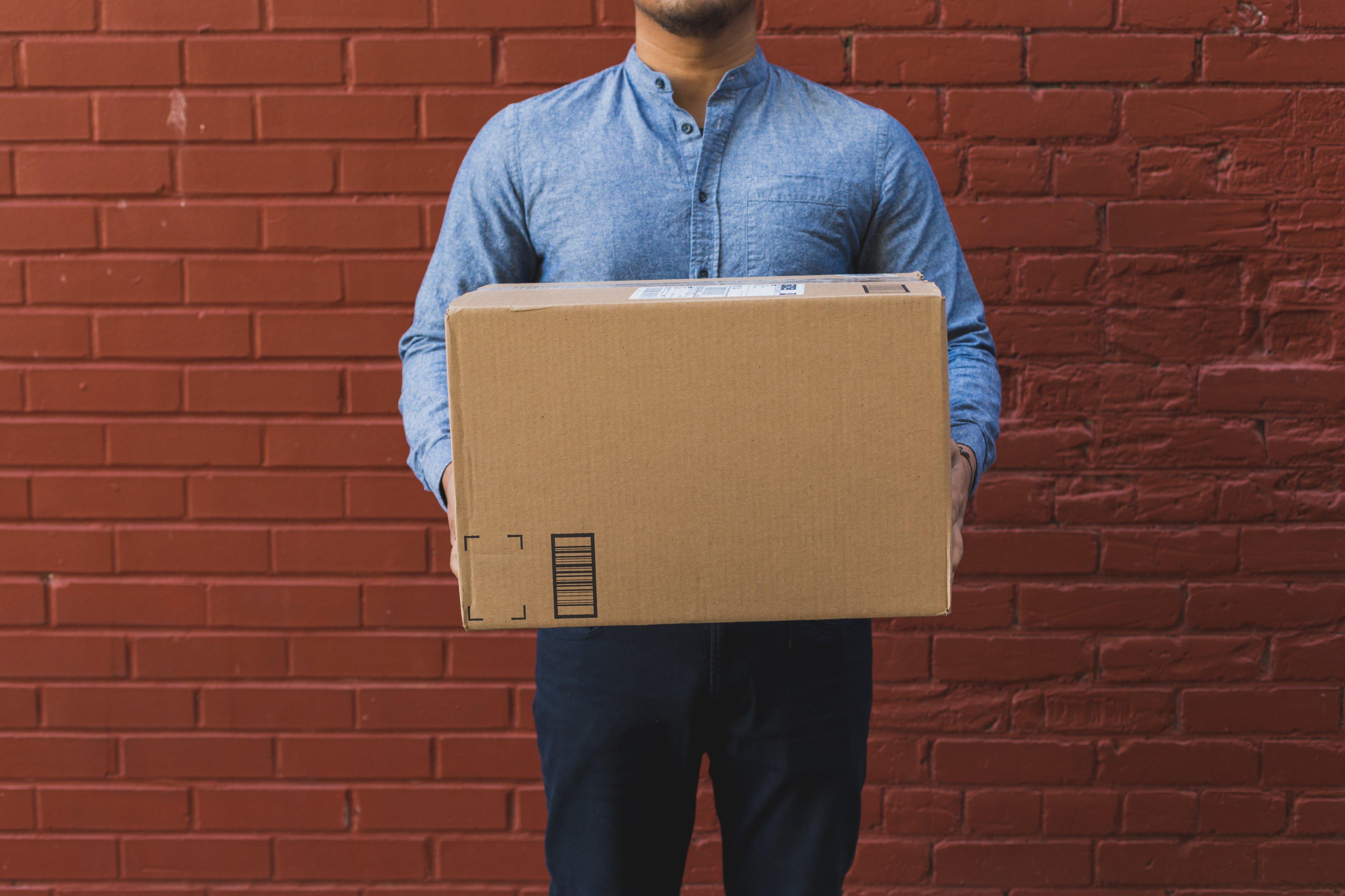 man-holding-shipping-box- ShipBob fulfillment software 3PL provider