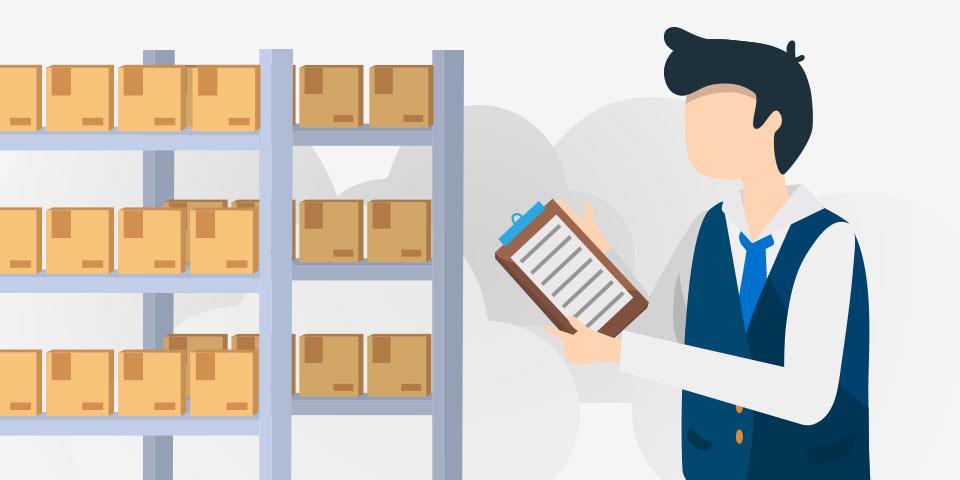 Gerente organizando un sistema de control de inventarios.