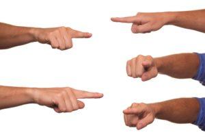 Verantwoordelijk rol: Vingers die wijzen in alle richtingen