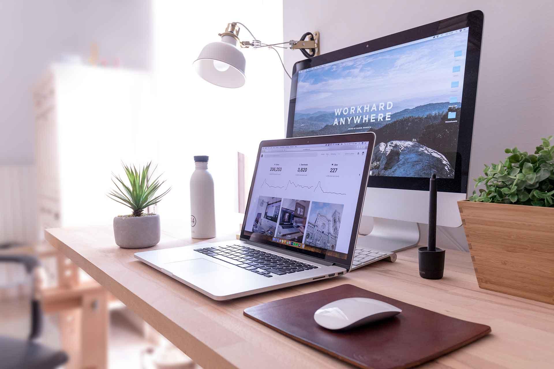 Estación de trabajo con laptop y monitor externo.