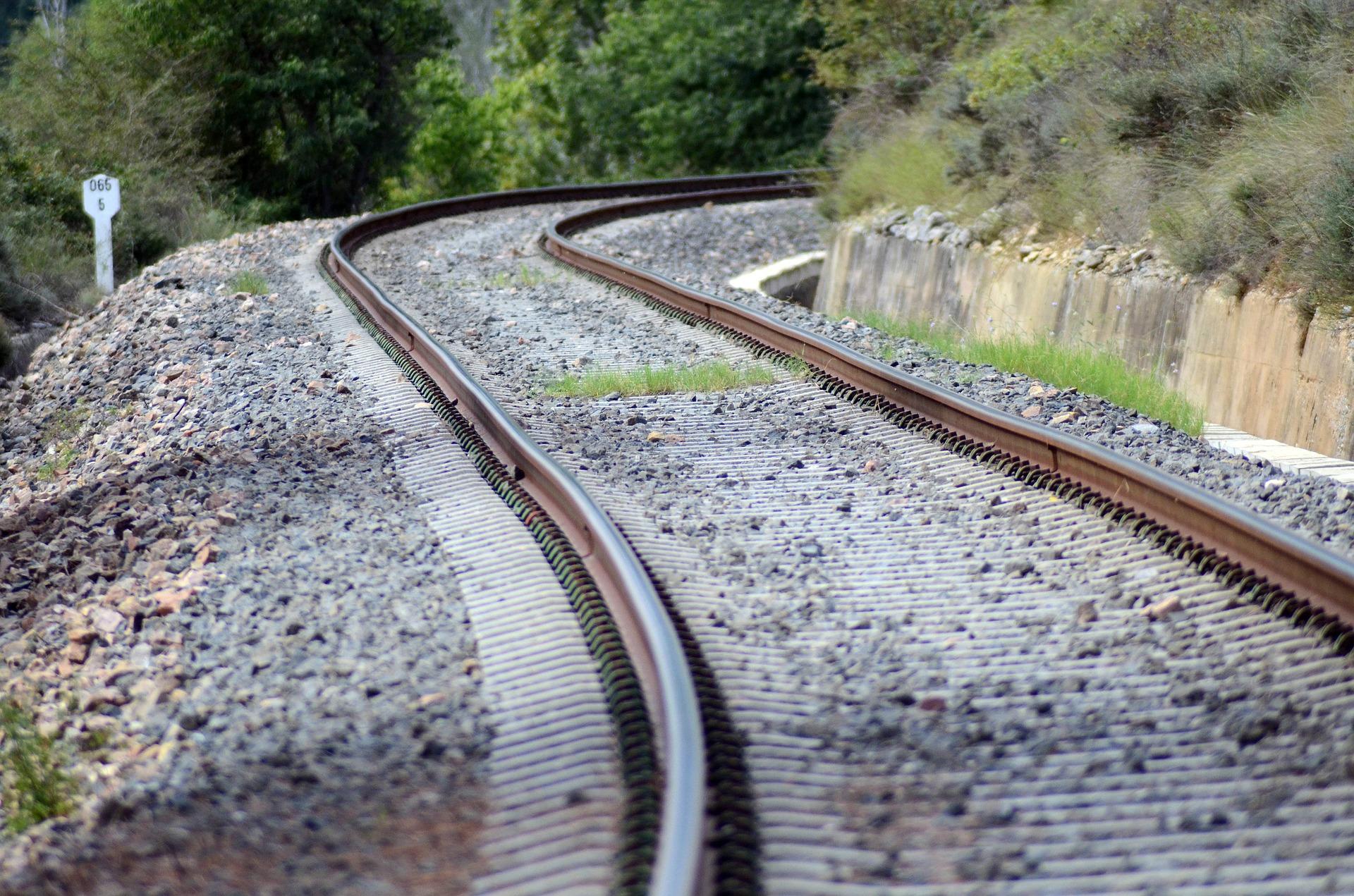 train-445392_1920.jpg