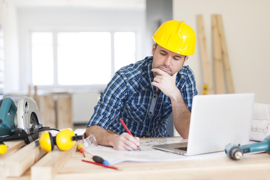 focus-construction-worker-on-construction-site-9JYZ8NP
