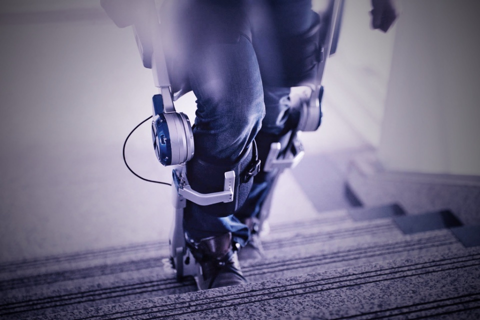 Mounting steps with the help of an exoskeleton