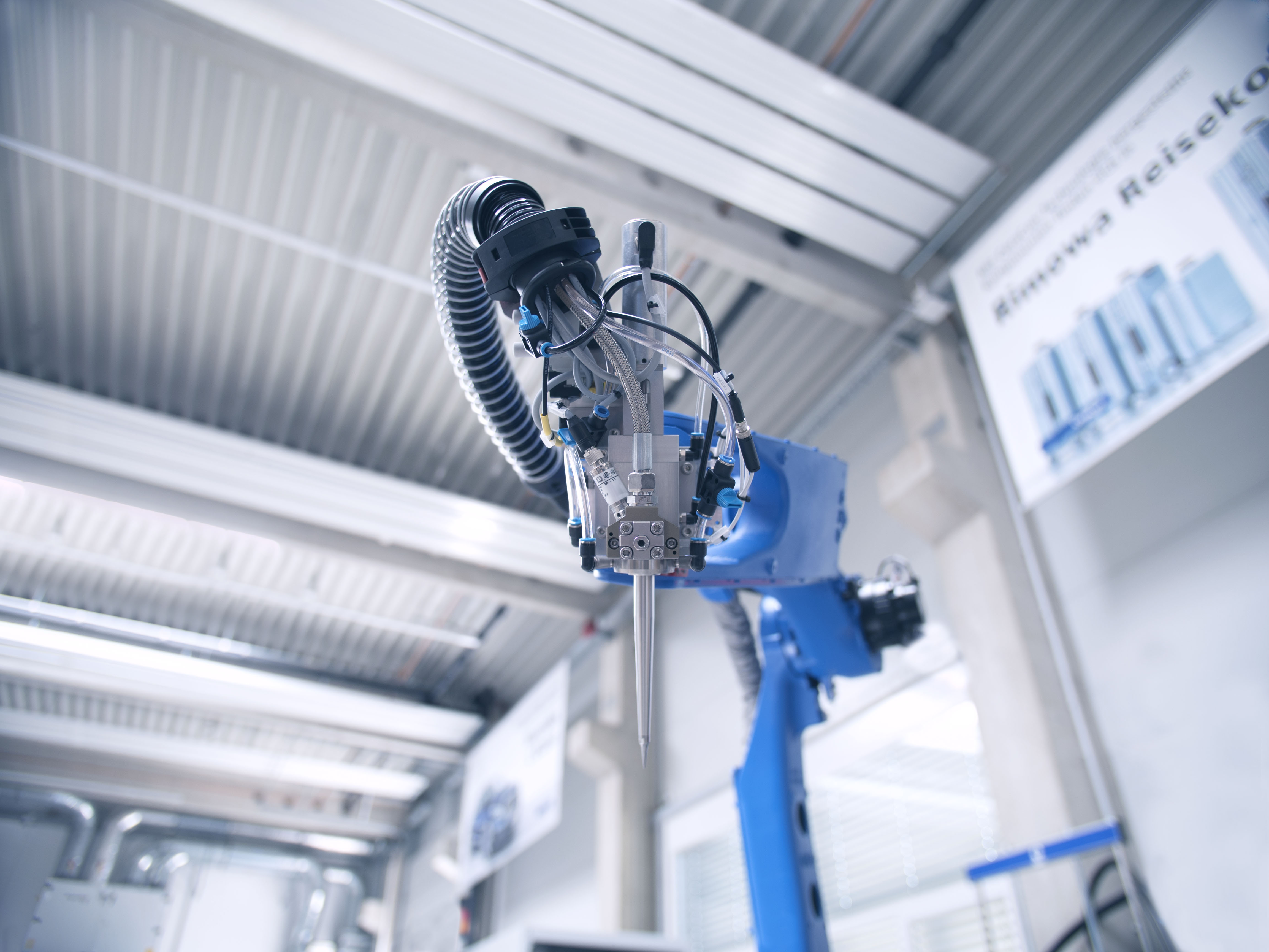 Das Dosierventil der einkomponentigen Schaumdichtungstechnik von CeraCon ist so schlank, dass es von einem einfachen 6-Achs-Industrieroboter gehandelt werden kann.