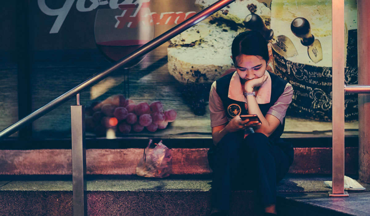 Thailand-Girl-Texting-Smartphone2