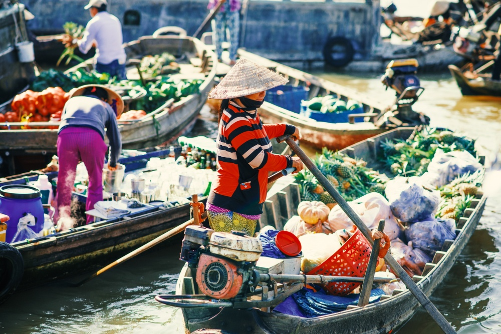market merchants selling their products off of their boats in Cai Be Floating Market