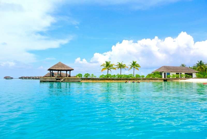 resort-beach-and-ocean-landscape-in-the-maldives_800