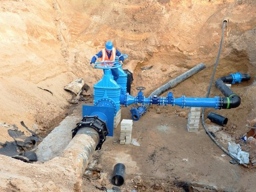 worker-wet-tapping-pipeline