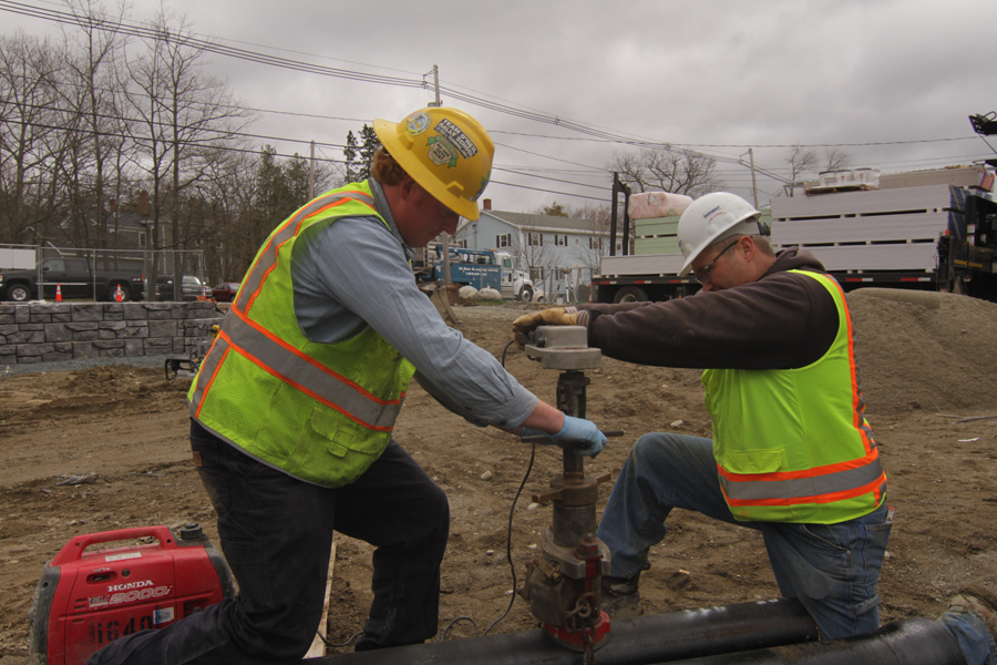 two-men-working-on-live-pipeline-tapping