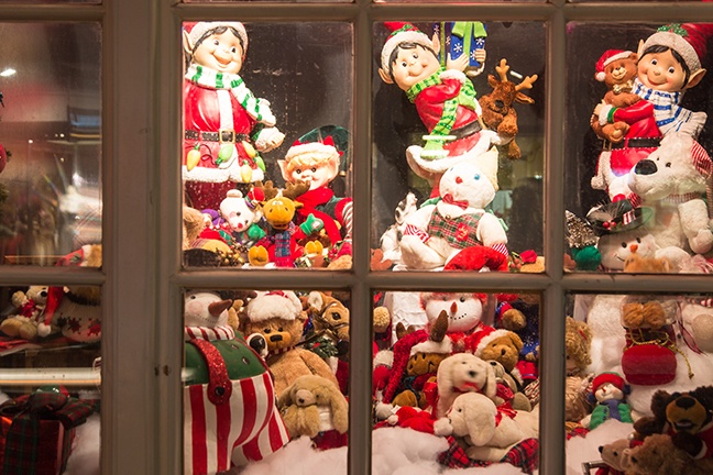 Deanies_Seafood_holiday_window_displays_on_Dauphine_Street