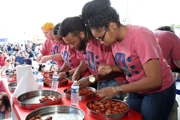 Pinchapalooza-crawfish-eating-contest