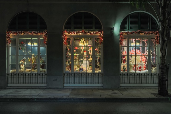Deanies_Seafood_French_Quarter_holiday_window_displays..jpg