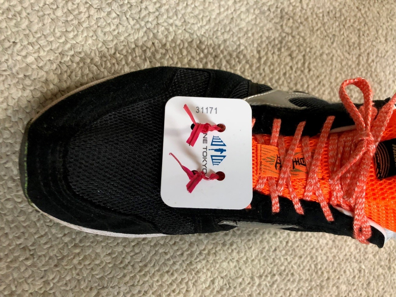 ビニタイで括られた、マラソン大会で使われるICタグ