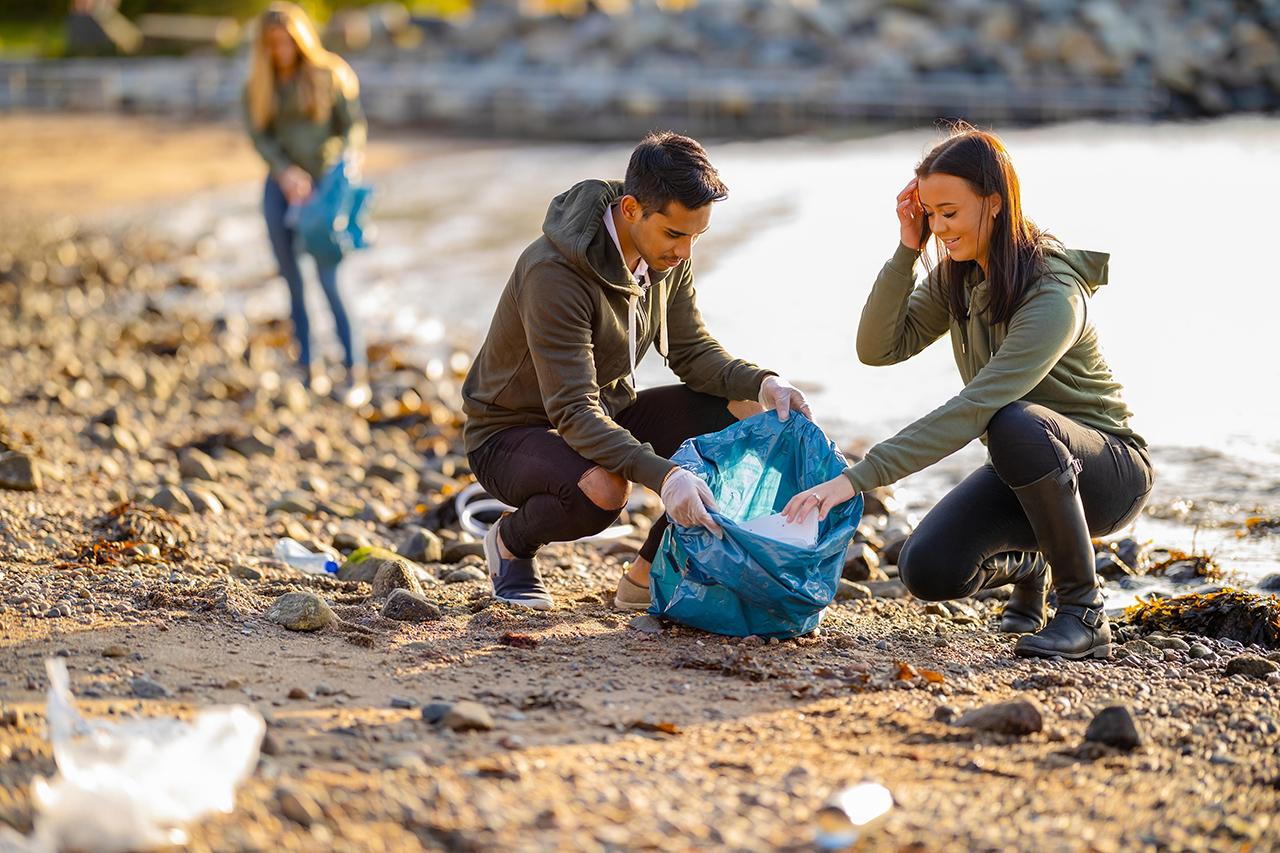 volunteers-collecting-garbage-at-beach