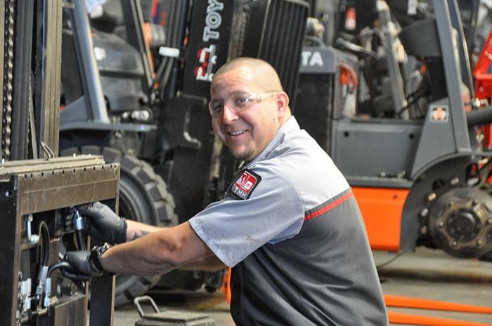 Finding The Best Forklift Technician - Forklift mechanic