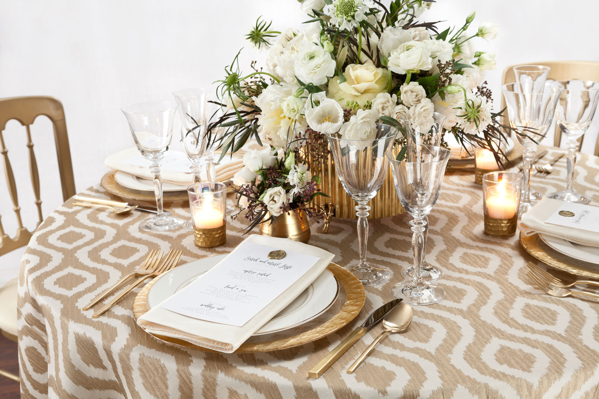 35 Monochromatic Tablescapes That Are Everything Linen