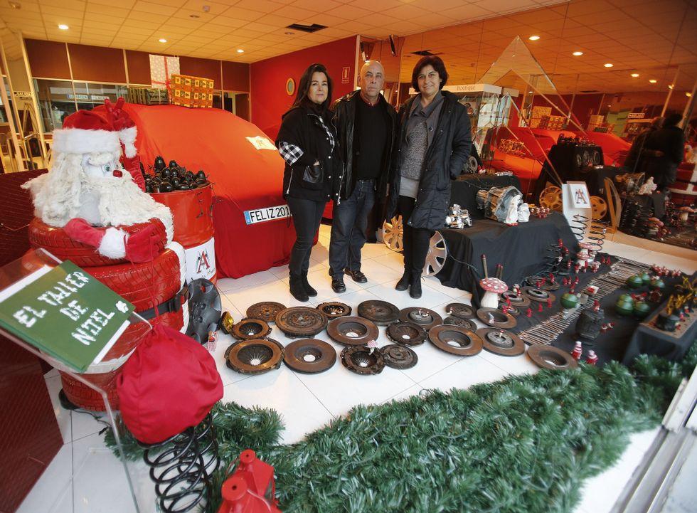 Un taller mec nico gana un concurso de escaparatismo en a - Adornar escaparate navidad ...