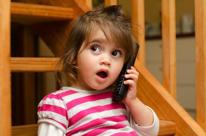 Een peuter aan de telefoon