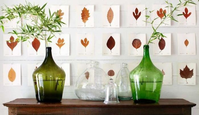 comment-decorer-un-mur-blanc-avec-des-feuilles-de-papier-blanc-et-des-feuilles-portes-herbier-collées-dessus-ambiance-vintage-deco-automne-a-faire-soi-meme-e1535028849712
