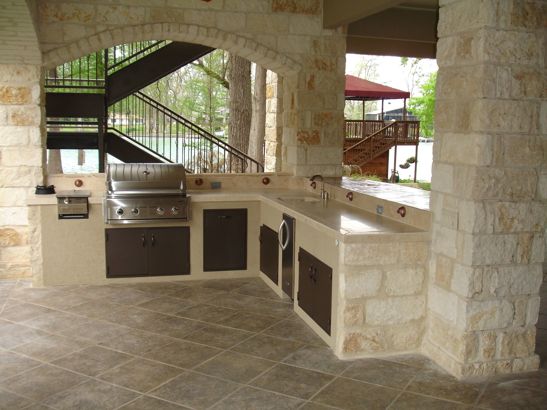 outdoor-kitchen-in-backyard