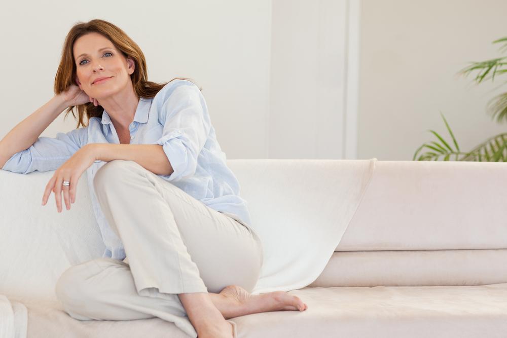 mujer-sofa