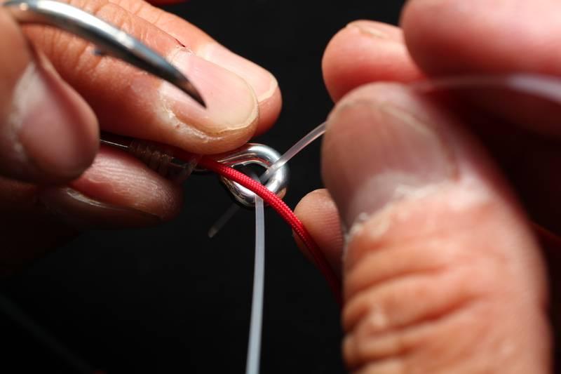 【マグロ釣りの結び方/坂本結び】本線をまたぐように端糸をアイにもどす
