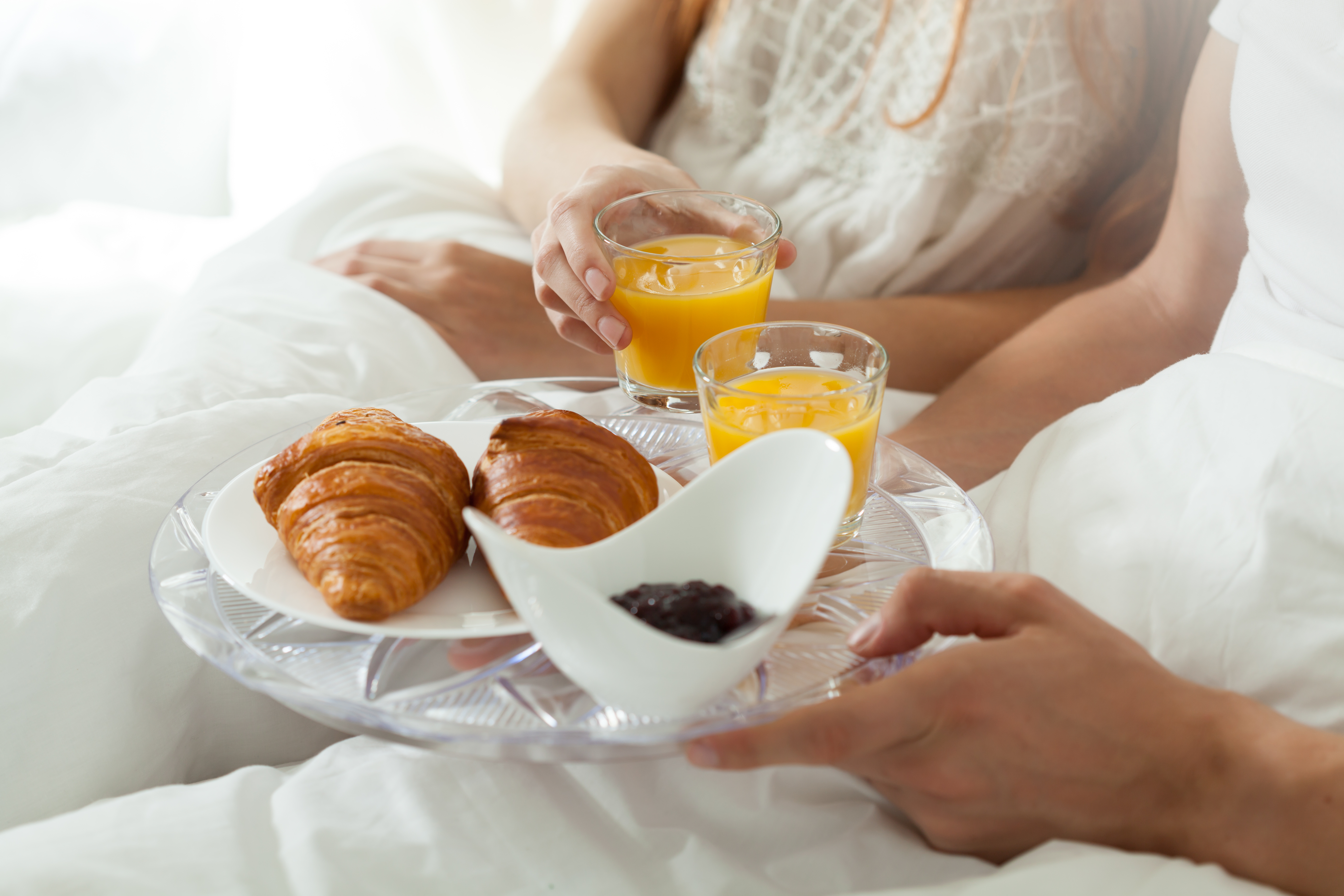 eating-breakfast-in-bed-PHWT66M (1)