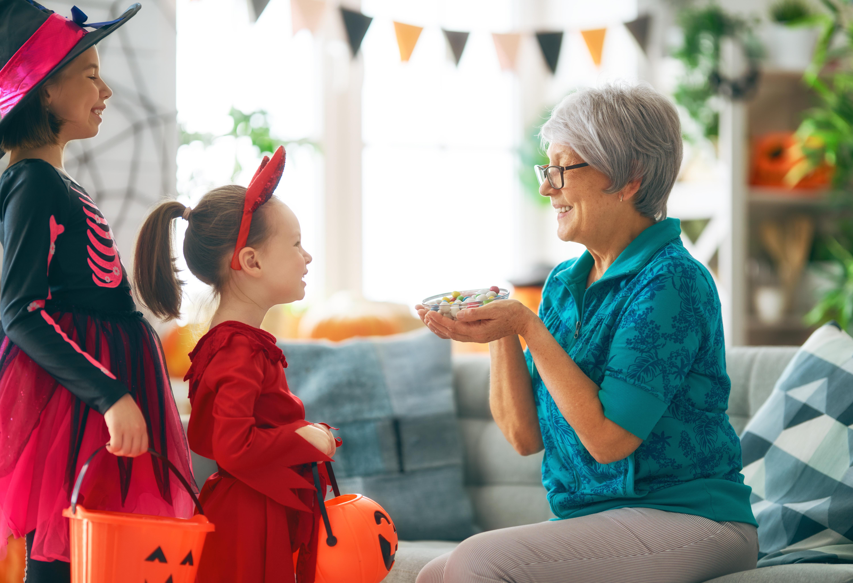 family-celebrating-halloween-Z5YXVRL