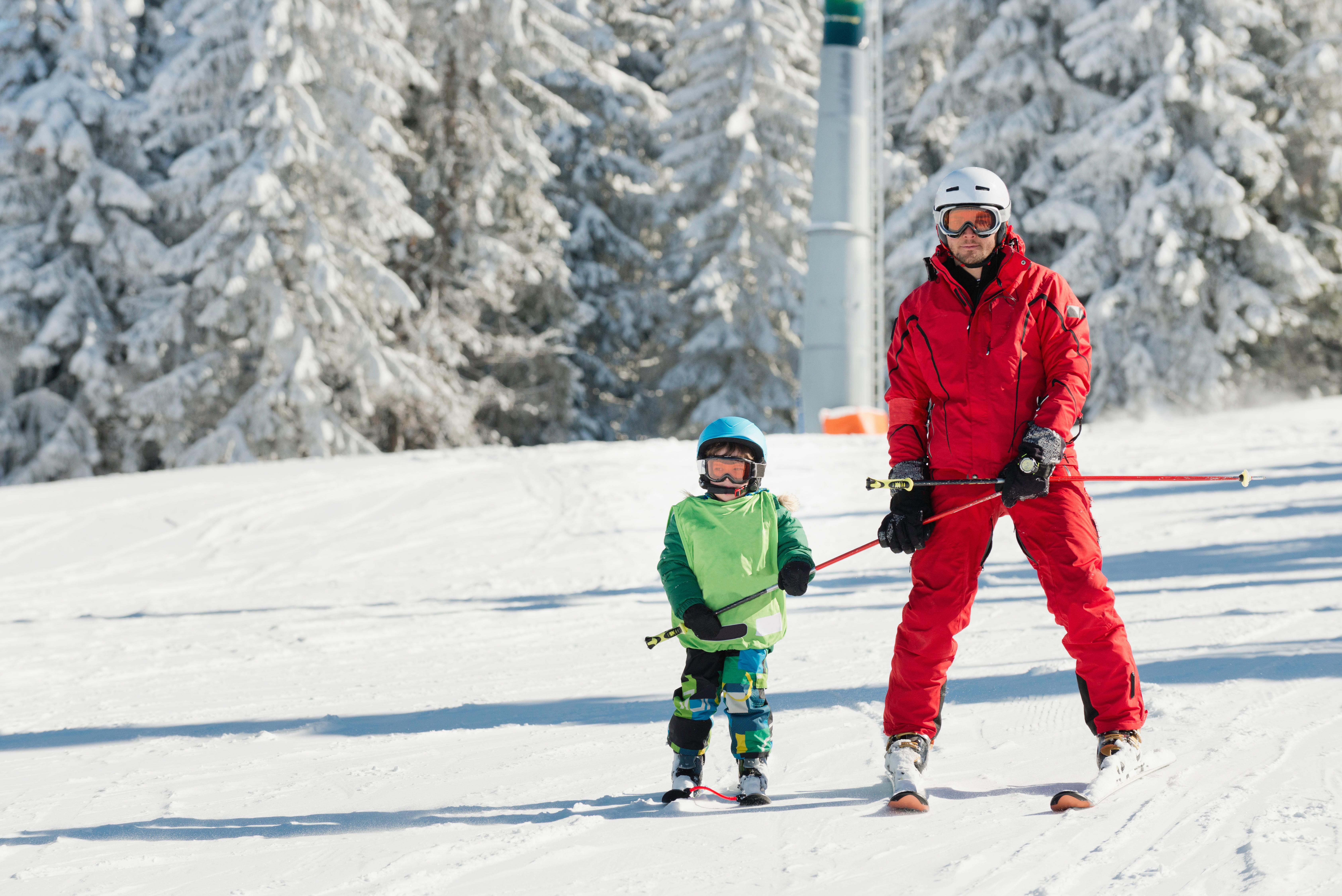 ski-instructor-learning-skiing-P4RDMTP (2)