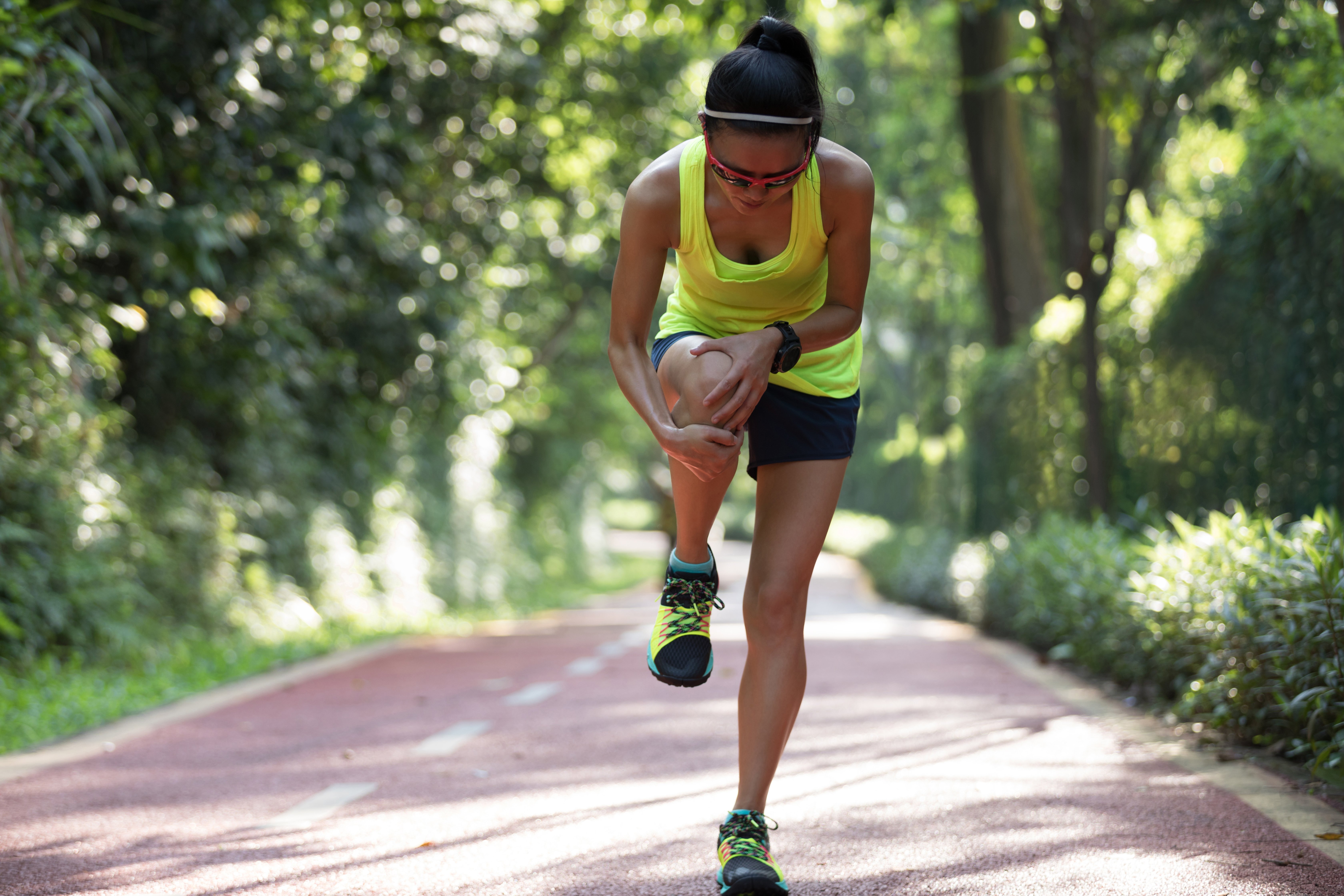 woman-runner-with-sports-injured-knee-2THYAS5 (1)
