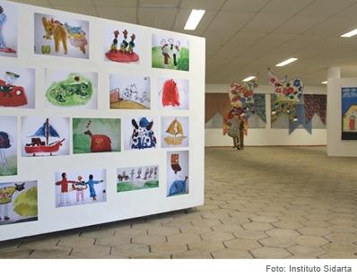 painel com desenhos e pinturas dos alunos