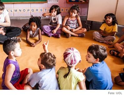 grupo de crianças sentados em roda conversando
