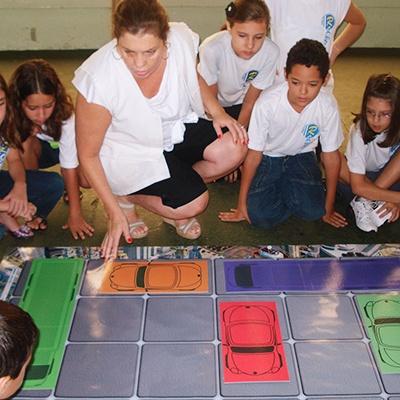 turma de alunos prestando atenção na explicação da professora sobre o jogo Hora do Rush