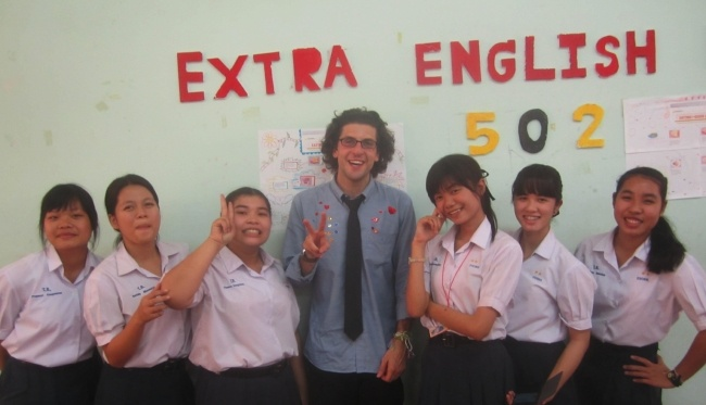 How much do English teachers in Thailand earn?